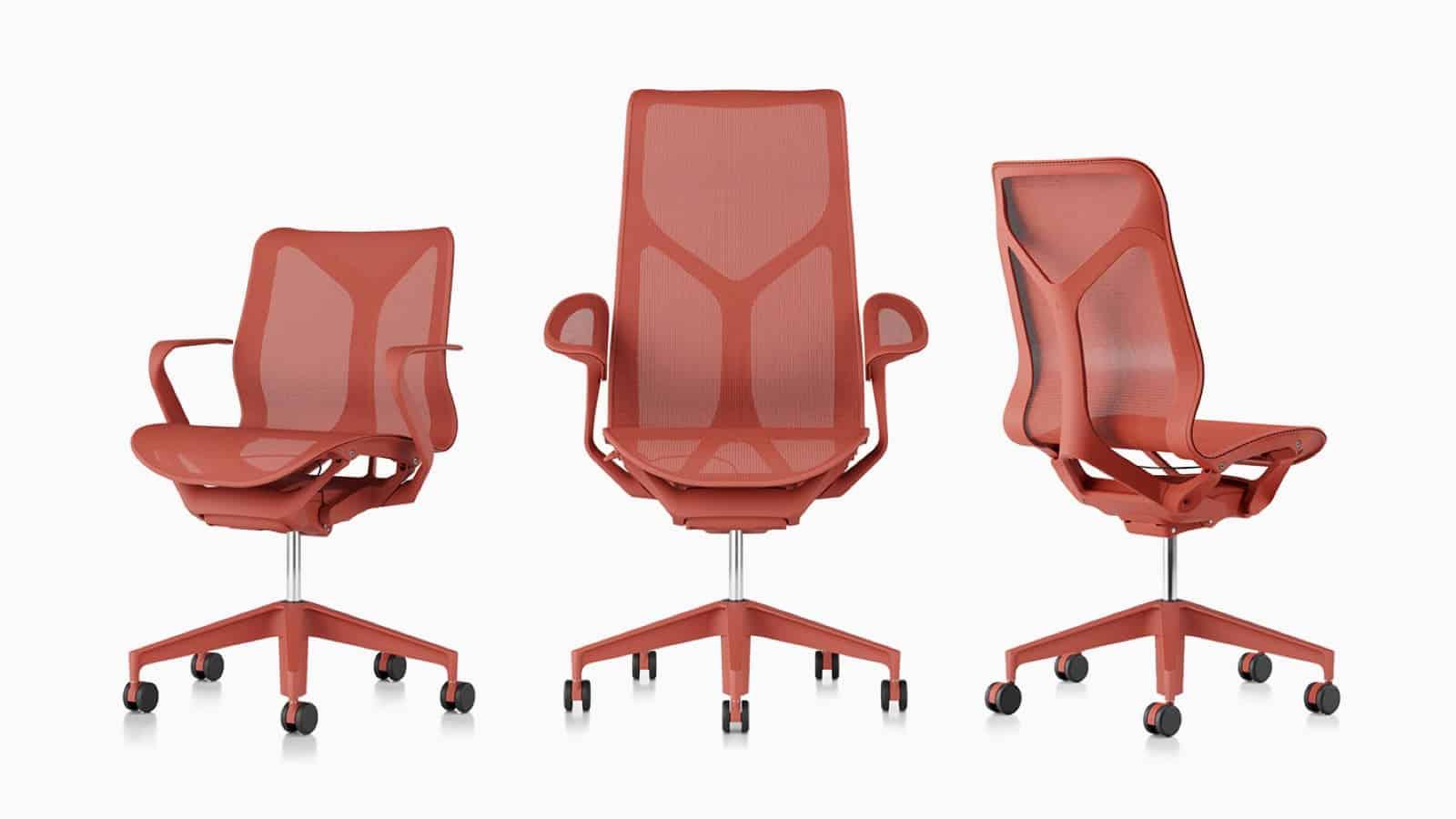 Trois modèles de fauteuils Cosm de couleur rouge.
