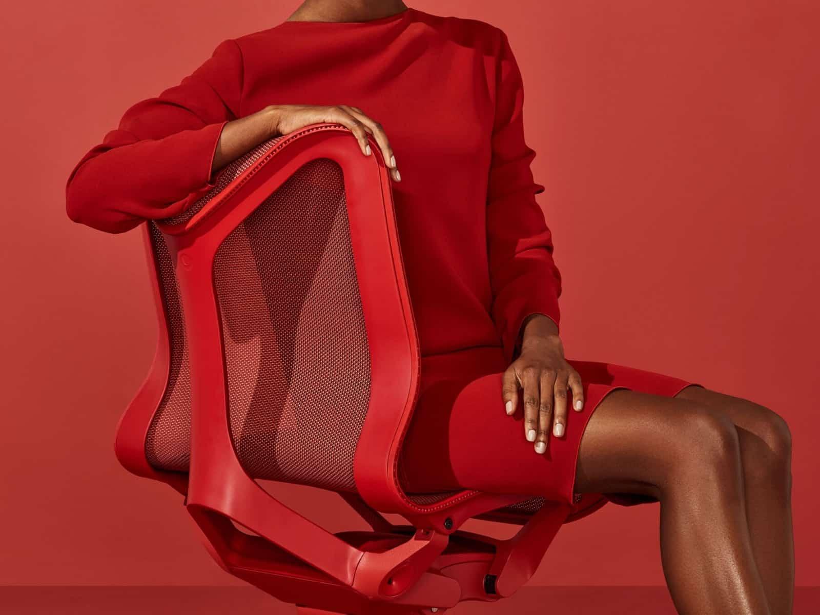 Femme en rouge sur le fauteuil de bureau Cosm.