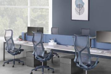 Plusieurs sièges de bureau Cosm de Herman Miller dans un environnement de travail