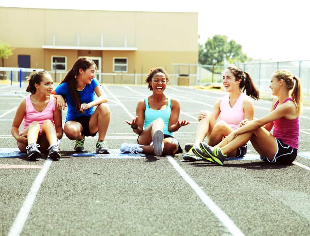 La pratique d'un sport atténue les maux de dos.