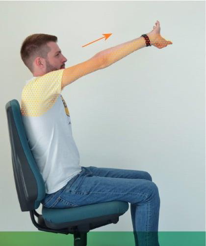 Mal de dos - Étirements assis, bras vers l'avant et vers le haut.